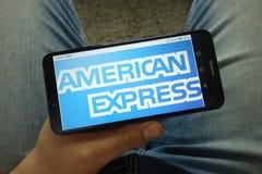 Mannholding Smartphone mit American Express-Firmenlogo lizenzfreies stockbild