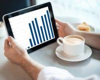 Mannholding-Tablettecomputer im Kaffee Lizenzfreies Stockfoto