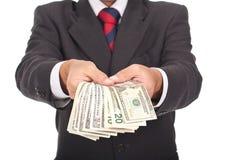 Mannholding und Dollarscheine weg geben lizenzfreie stockbilder