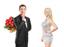 Mannholdingblumen, Ruhe gestikulierend Lizenzfreies Stockfoto