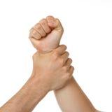 Mannholdingfrau durch Handgelenk Lizenzfreie Stockbilder