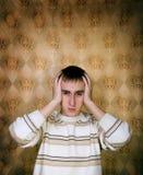 Mannholdingkopf in den Schmerz lizenzfreies stockfoto
