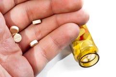 Mannholdingpillen mit Medizin auf Hintergrund Stockbild