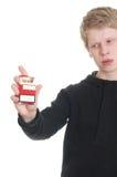Mannholdingsatz Zigaretten. Stockbild