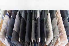 Mannhosen auf einem Metall ziehen Gestell aus Lizenzfreie Stockfotos