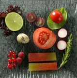 Mannigfaltiger Salat mit Früchten, Quitte und Gemüse Stockfoto