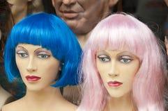Mannikin dirige con las pelucas coloridas en almacén de la peluca Imagenes de archivo