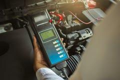 Manninspektionsholding Batterie-Kapazitäts-Prüfvorrichtungs-Voltmeter stockbilder