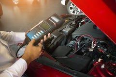 Manninspektionsholding Batterie-Kapazitäts-Prüfvorrichtungs-Voltmeter lizenzfreie stockfotos