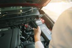 Manninspektionsholding Batterie-Kapazitäts-Prüfvorrichtungs-Voltmeter stockfotos