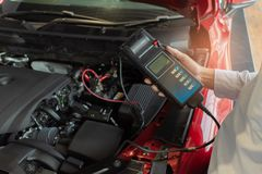 Manninspektionsholding Batterie-Kapazitäts-Prüfvorrichtungs-Voltmeter für Service stockbilder
