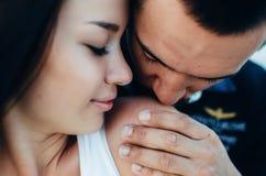 Mannküsse auf Schulter des Frauenabschlusses herauf Porträt lizenzfreies stockfoto