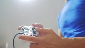 Mannkonzept, das gamepad Handvideokonsole im Fernsehen spielt Gamerspielspiel mit gamepad Prüfer Neuer Steuerknüppel des Handgrif stock video