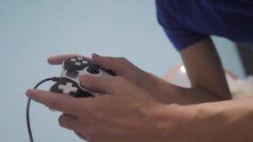 Mannkonzept, das gamepad Handvideokonsole im Fernsehen spielt Gamerspielspiel mit gamepad Prüfer Neuer Steuerknüppel des Handgrif stock video footage