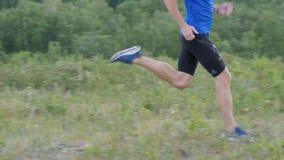 Mannläufer Laufquerfeldeinsommer im Freien stock video