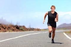 Mannlaufen/sprintend auf Straße Lizenzfreie Stockfotografie