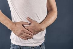 Mannleiden von den Schmerz in seiner Seite Hintergrund für eine Einladungskarte oder einen Glückwunsch Magen, Leberschmerz, Pankr lizenzfreie stockfotografie