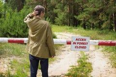 Mannlesedas verbieten nehmen an Wald teil Stockfotografie