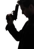 Mannmörderpolizist, der Gewehrporträtschattenbild hält Stockfotografie