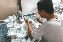 Mannmalerei auf Keramikschüsseln in Vietnam Stockbild