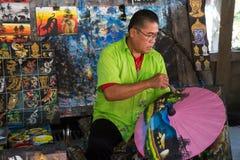 Mannmalereiregenschirm Lizenzfreie Stockfotos