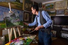 Mannmalermalerei in einem Studio Lizenzfreie Stockfotografie