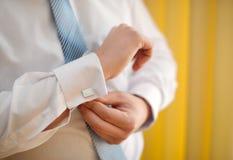 Mannmanschettenknopfknöpfe auf den Ärmelhemden Stockfoto