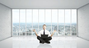 Mannmeditation Stockfoto