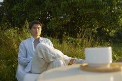 Mannmeditieren im Freien morgens Lizenzfreies Stockfoto