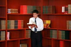 Mannmesswert in der Bibliothek stockfotos