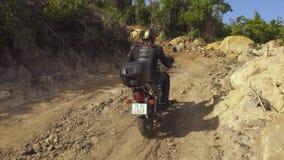 Mannmotorradfahrer, der weg auf Motorrad auf Straße fährt Mannmotorradfahrerreiten auf Motorrad auf Vorstadtstraße stock footage