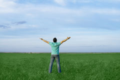 Mannnehmenenergie von der Natur lizenzfreies stockfoto