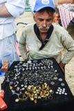 Mannnumismatiker zeigt seine Sammlung der Münze Lizenzfreie Stockfotos