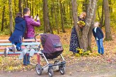 Mannphotograph seine Familie draußen Lizenzfreie Stockfotos