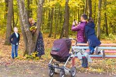Mannphotograph seine Familie draußen Lizenzfreie Stockfotografie