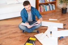 Mannporträt und es sich tun Möbelversammlung lizenzfreie stockbilder
