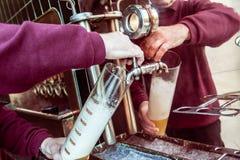 Mannprüfungsbier in der Brauerei lizenzfreie stockfotos