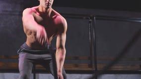 Mannpraxis kämpft die Seil-Übung, die für Verbesserung des athletischen Trainings groß ist stock footage
