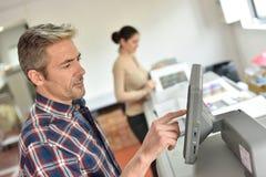 Mannprogrammierungsdruckmaschine mit Lehrling Lizenzfreie Stockfotos