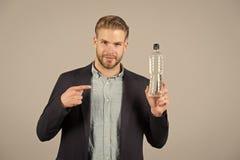 Mannpunktfinger an der Plastikflasche Durstiger Mann mit Wasserflasche Durst und Dehydrierung Trinkwasser für Gesundheit lizenzfreie stockfotos