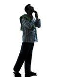 Mannpyjamas, die Schattenbilder rasierend sich pflegen Lizenzfreie Stockfotos
