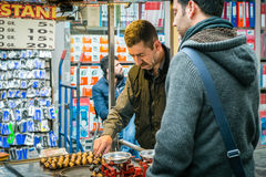 Mannröstung und Verkaufs- Kastanien in Istanbul Lizenzfreie Stockfotografie