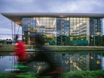 Mannrütteln Agoragebäude Europarat-Straßburgs Frankreich stockfotos