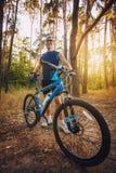 Mannradfahrer reitet Waldwege Stockfotos