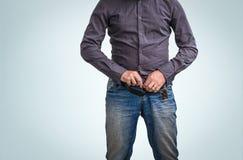 Mannreißverschluß seine Hosen, oben nachdem dem Pinkeln lizenzfreies stockfoto
