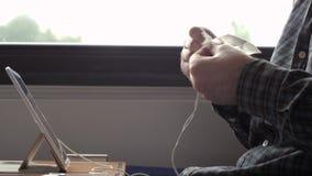 Mannreinigung und abwischen Kopfhörer mit einer Serviette in einem Zug stock video