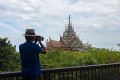 Mannreisender und -photograph macht Foto des Schongebiets der Wahrheit stockfotografie