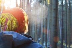 Mannreisendnahaufnahme mit Wald des Rucksacks morgens Lizenzfreies Stockbild