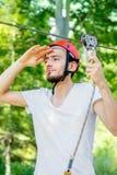 Mannreiten auf einer Ziplinie stockfotografie