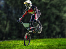Mannreiten-bmx Fahrrad, das einen Trick durchführt Stockbild